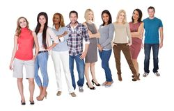 Grupo de personas ocasional que se coloca sobre blanco Imagenes de archivo
