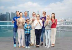 Grupo de personas que aplaude sobre orilla del agua de la ciudad Imágenes de archivo libres de regalías