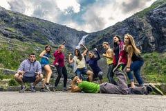 Grupo de personas que camina alrededor del Trollstigen, Noruega Fotos de archivo