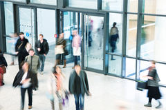 Grupo de personas que camina en el centro comercial, falta de definición de movimiento Foto de archivo libre de regalías