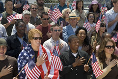 Grupo de personas que canta himno nacional americano foto de archivo libre de regalías