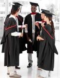 Grupo de personas que celebra su graduación Imagen de archivo