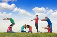 Grupo de personas que deletrea 2013 al aire libre Imagen de archivo