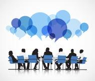 Grupo de personas que discute alrededor de la tabla ilustración del vector