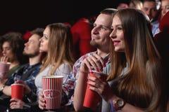 Grupo de personas que disfruta de película en el cine Fotos de archivo libres de regalías