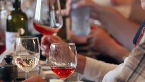 Grupo de personas que disfruta de una degustación de vinos en un restaurante almacen de metraje de vídeo