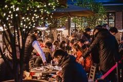Grupo de personas que disfruta de la comida en restaurante en xintiandi imagen de archivo libre de regalías