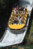 Grupo de personas que disfruta de un paseo del agua Imagenes de archivo
