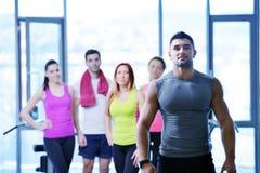 Grupo de personas que ejercita en el gimnasio Fotos de archivo