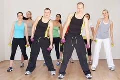 Grupo de personas que ejercita en estudio de la danza Fotos de archivo libres de regalías