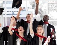 Grupo de personas que gradúa de universidad Imágenes de archivo libres de regalías