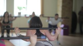 Grupo de personas que hace aeróbicos en el gimnasio almacen de metraje de vídeo