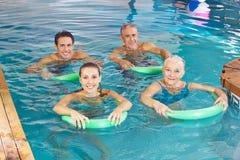 Grupo de personas que hace la clase de la aptitud de la aguamarina Imagen de archivo