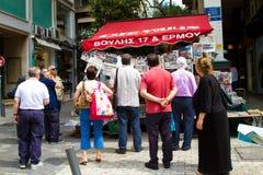 Grupo de personas que lee los periódicos en Atenas Grecia Fotos de archivo libres de regalías
