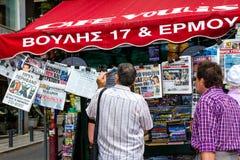 Grupo de personas que lee los periódicos en Atenas Grecia Fotos de archivo