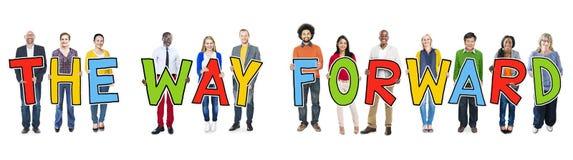 Grupo de personas que lleva a cabo el texto la manera delantero Imagen de archivo