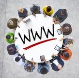 Grupo de personas que lleva a cabo las manos alrededor de la letra WWW Fotografía de archivo libre de regalías