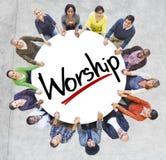 Grupo de personas que lleva a cabo las manos con la adoración de la palabra Imagen de archivo