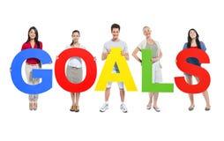 Grupo de personas que lleva a cabo metas de la palabra Imágenes de archivo libres de regalías