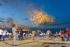 Grupo de personas que mira los fuegos artificiales Imagenes de archivo