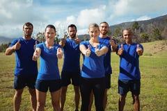 Grupo de personas que muestra los pulgares para arriba durante el entrenamiento de campo de bota Imágenes de archivo libres de regalías