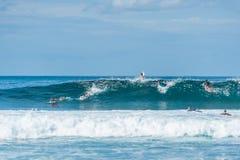 Grupo de personas que practica surf que esperan una onda Fotografía de archivo libre de regalías