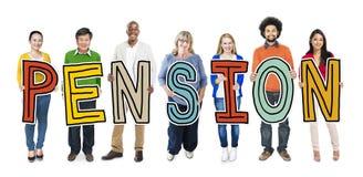 Grupo de personas que se coloca que lleva a cabo la letra de la pensión Imágenes de archivo libres de regalías