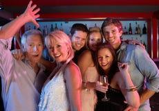 Grupo de personas que se divierte en barra ocupada Fotos de archivo libres de regalías
