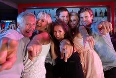 Grupo de personas que se divierte en barra ocupada Foto de archivo