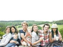Grupo de personas que se relaja al aire libre con café Fotografía de archivo