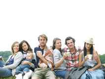 Grupo de personas que se relaja al aire libre con café Fotos de archivo