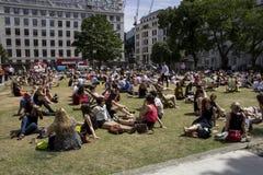 Grupo de personas que se relaja en su hora de la almuerzo Fotos de archivo libres de regalías