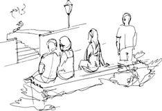 Grupo de personas que se relaja en un banco de parque Imágenes de archivo libres de regalías