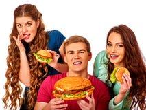 Grupo de personas que sostiene las hamburguesas sabrosas grandes Foto de archivo