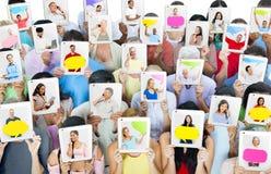 Grupo de personas que sostiene las tabletas de Digitaces Imagenes de archivo