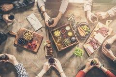 Grupo de personas que tiene cena de la unidad de la comida fotos de archivo libres de regalías