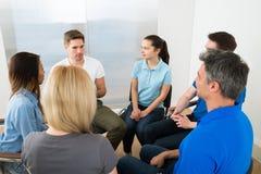 Grupo de personas que tiene discusión Imagen de archivo