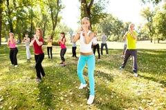 Grupo de personas que tiene entrenamiento, al aire libre Imagen de archivo