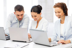 Grupo de personas que trabaja con los ordenadores portátiles en oficina fotos de archivo libres de regalías