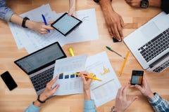 Grupo de personas que trabaja con los ordenadores portátiles, la tableta y smartphones junto fotografía de archivo libre de regalías