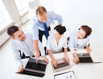 Grupo de personas que trabaja en centro de atención telefónica Imagenes de archivo