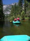 Grupo de personas que transporta en balsa rio abajo Fotos de archivo libres de regalías