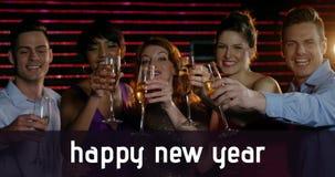 Grupo de personas que tuesta los vidrios del champán en Noche Vieja 4k metrajes