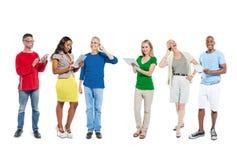 Grupo de personas que usa el dispositivo de comunicación imagen de archivo