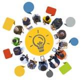 Grupo de personas que usa los dispositivos de Digitaces con la bombilla Foto de archivo libre de regalías