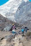 Grupo de personas que viaja en campo de las altas montañas Imagenes de archivo