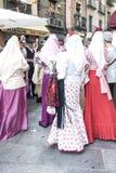 Grupo de personas vestido en traje tradicional Imagen de archivo