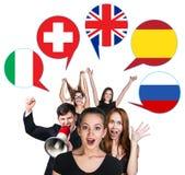 Grupo de personas y burbujas con las banderas de países Fotos de archivo
