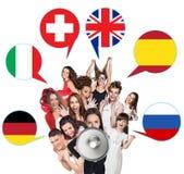 Grupo de personas y burbujas con las banderas de países Imagenes de archivo