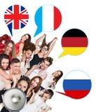 Grupo de personas y burbujas con las banderas de países Imagen de archivo libre de regalías